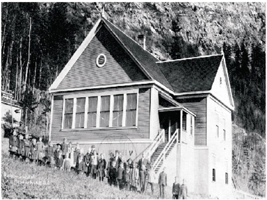 The Arrowhead School in 1906. Image F-02394 from the Royal BC Museum, BC Archives, courtesy of the Arrowhead Conservation Society