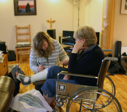 Cherie Vanoverbeke draws on the cast worn by Jaqueline Pendergast after she broke her ankle. Photo courtesy of Cherie Vanoverbeke