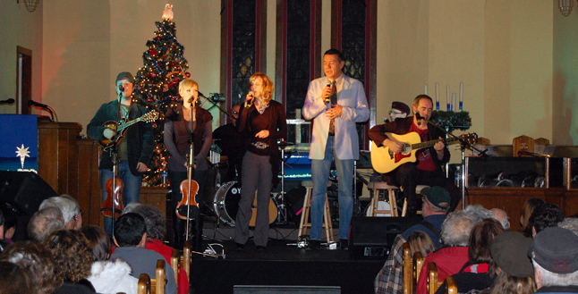 Tom Jackson (center) and the performers. From left to right they are: Denis and Lynnae Dufresne, Shannon Gaye and Tom McKillip. In back are Craig Bignell (back, left) and Kristian Alexandrov (right). David F. Rooney photo