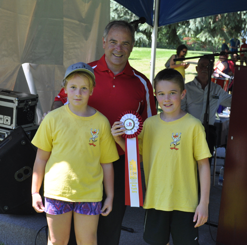 Morgan Tegart and Caine McCabe accepted the ribbon for Best Youth Entry from Mayor Ravcen. David F. Rooney photo