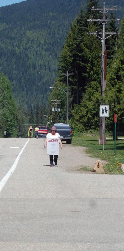 CUPE member Tara Reed walks the line outside Arrow Heights Elementary. David F. Rooney photo