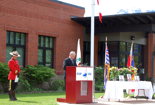 Mayor David Raven thanks the Force for protecting Canadian communities. David F. Rooney photo