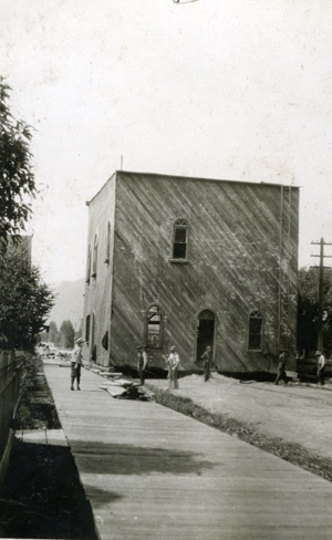 Moving K.P.Hall in 1913. Photo 4692 courtesy of the Revelstoke Museum and Archives